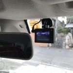 運転席から見て若干視界に入ってしまうけど、この場所しかない^^;任意ボタン(録画)も押し易いので、かえってここが良いのかも…