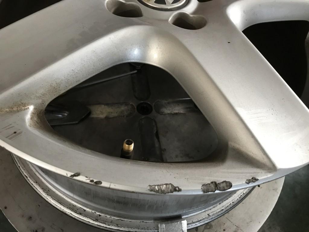 細かい事ですが…偏平タイヤの場合は特に助手席側のリムにキズが入っている事が多いですね。それで、キズなしホイールを助手席側に装着するとまた新たにキズ有りホイールを増やしてしまう可能性があるので、基本的にはタイヤ交換後には元の位置にまた装着致します。