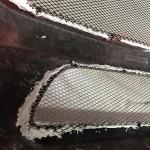 バンパーのメッシュ部の固定はフックがありますが、念のためボンド施工を…