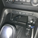 USBコードは下の小物入れ部分へ。音声は車両にAUX端子がありますので、そこから入力を…