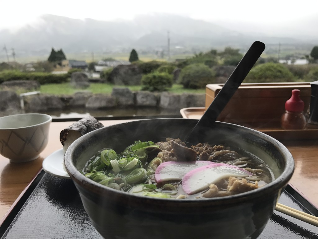 お昼🍴は久木野の「そば道場」で肉うどんセットをいただきました。