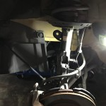 ブレーキホース/センサー/スタビリンクを外し、ショックを交換します。